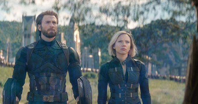 Scarlett Johansson (phải) gắn liền với nhân vật Black Widow trong loạt phim Avengers nhiều năm qua. Cô cũng là một trong những đả nữ được săn đón hàng đầu tại Hollywood, nhờ khả năng tung cước đẹp mắt.