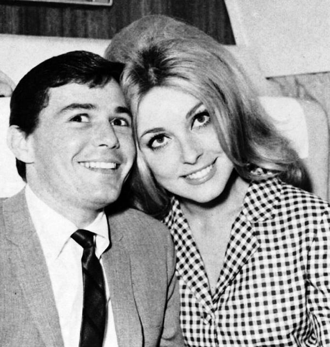 Khi quen Roman, Sharon vẫn đang hẹn hò với nhà tạo mẫu tóc nổi tiếng Jay Sebring. Chia tay trong hòa bình, Jay Sebring muốn chắc chắn tình cũ được hạnh phúc khi đến với đạo diễn gốc Ba Lan. Ba người duy trì tình bạn thân thiết và thường xuyên họp mặt, ăn tối.
