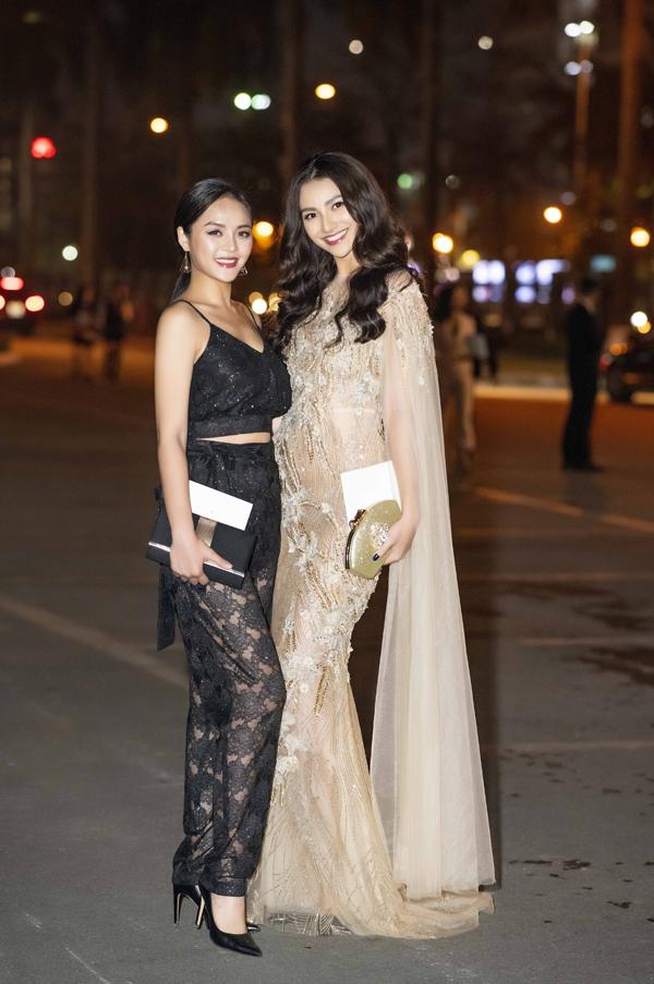 Thu Quỳnh khác lạ khi chọn trang phục ren xuyên thấu và hở eo, trong khi Hồng Quế lại lộng lẫy như nữ thần với váy của NTK Hà Duy.