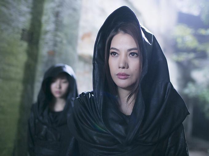Trương Ngọc Ánh mặc áo đen bí hiểm trong phim.