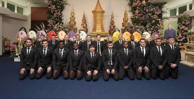 Đám tang của cố chủ tịch Leicester được tổ chức vào tháng 11. Khi đó, toàn bộ đội bóng nước Anh đều sang dự