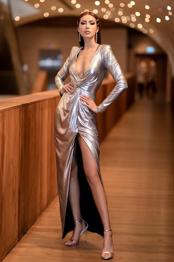 Minh Tú diện váy khoét ngực, khoe vẻ gợi cảm trong một sự kiện tối 21/3 tại TP HCM.