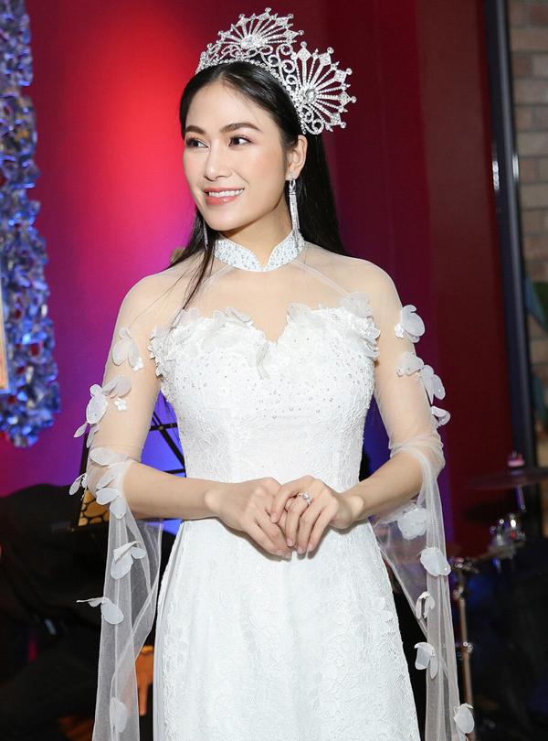 Ca sĩ Tuyết Nga - top 10 Sao Mai 2017 - vừa tổ chức tiệc mừng đăng quang ngôi vị Hoa hậu Áo dài Việt Nam 2017. Người đẹp diện áo dài cách điệu, khoe vóc dáng thon thả.