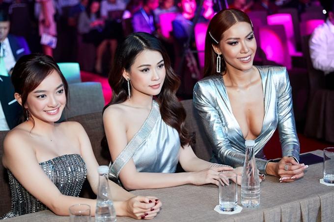 Ba người đẹp cùng nhau đọ dáng và trở thành tâm điểm sự kiện.