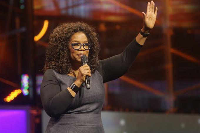 Oprah Winfrey: 65 tuổi. Tài sản ròng: 3 tỷ USDTrước khi trở thành người quản lý của một trong các talk show nổi tiếng nhất mọi thời đại và trở thành người Mỹ gốc Phi giàu nhất của thế kỷ trước, cuộc sống của bà đã trải qua không ít thăng trầm. Bà sinh ra ở vùng nông thôn nghèo khổ ở Mississippi. Khi còn nhỏ, tất cả các váy mà Oprah Winfrey mặc đều là do bà ngoại may lại từ các bao tải đựng khoai tây. Thậm chí, bà còn bị lạm dụng tình dục khi còn nhỏ, và có thai ở tuổi 14. Cuộc sống chỉ thực sự thay đổi khi bà chuyển đến sống cùng cha. Sau khi chiến thắng trong một cuộc thi sắc đẹp, bà được một đài phát thanh mời về làm việc. Từ đó, bà bắt đầu leo lên các bậc thang của ngành truyền thông, cuối cùng trở thành một triệu phú ở tuổi 32, khi chương trình talk show của bà nổi tiếng khắp nước Mỹ. Hiện nay, ở tuổi 61, Oprah Winfrey đang nắm trong tay khối tài sản ròng 3 tỷ USD.