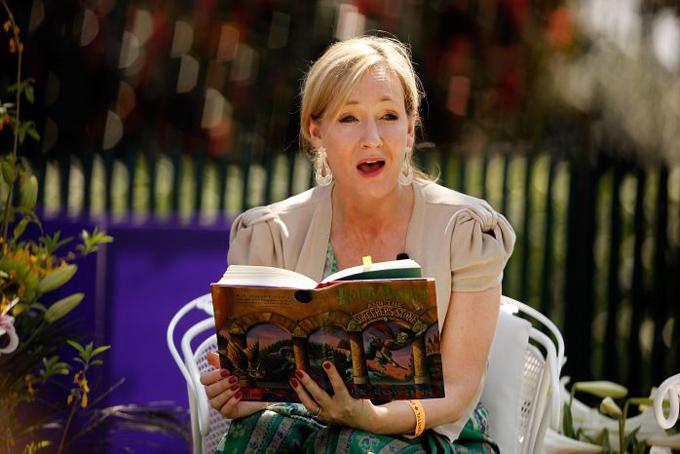 J.K. Rowling; 53 tuổi. Tài sản: 1 tỷ USD.Trước khi nổi tiếng với bộ truyện Harry Potter, cuộc đời nữ tác gia J.K. Rowling trải qua nhiều thăng trầm. Thời niên thiếu của Rowling trải qua nhiều bất hạnh khi mẹ bệnh nặng và bà thường có những trận cãi vã với cha. Tốt nghiệp trung học năm 1982, Rowling nộp đơn vào ĐH Oxford với mong muốn theo đuổi đam mê sáng tác nhưng bị từ chối. bà gặp và kết hôn với chàng phóng viên hào hoa Jorge Arantes năm 1992.Tuy nhiên, cuộc hôn nhân của Rowling không hạnh phúc khi Jorge Arantes thể hiện bản tính vũ phu, cờ bạc và không chung thủy. Hai người nhanh chóng ly hôn sau hơn một năm, khi Rowling vừa sinh con được hơn 2 tháng. Bà trở về Scotland và rơi vào cảnh túng quẫn khi không nghề nghiệp, không một xu dính túi và phải chăm con gái mới sinh.