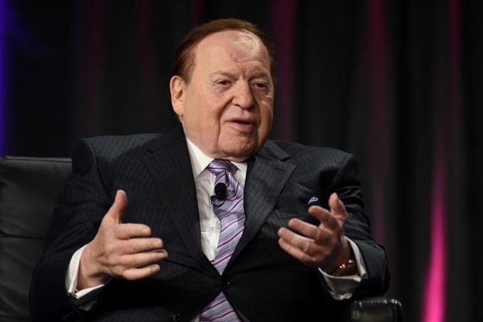 [CaptioTuổi thơ của Adelson gắn với khu chung cư cũ kỹ, nhà có 6 người và tất cả ngủ chung trên một chiếc giường. Bố ông là người Lithuania, một quốc gia thuộc vùng Baltic, làm nghề lái taxi, còn mẹ đan len để bán. Adelson bắt đầu rao báo kiếm tiền phụ giúp gia đình từ khi mới 12 tuổi, vài năm sau ông chuyển sang vận hành các máy bán hàng tự động.Adelson từng thử sức trong rất nhiều lĩnh vực khác nhau, từ đóng gói xà phòng trong khách sạn cho tới môi giới vay nợ trả góp. Hiện tại, ông là CEO của hệ thống khách sạn – sòng bạc lớn nhất nước Mỹ Sands Hotel & Casino,đồng thời quản lý casino danh giá The Venetian, Las Vegas.