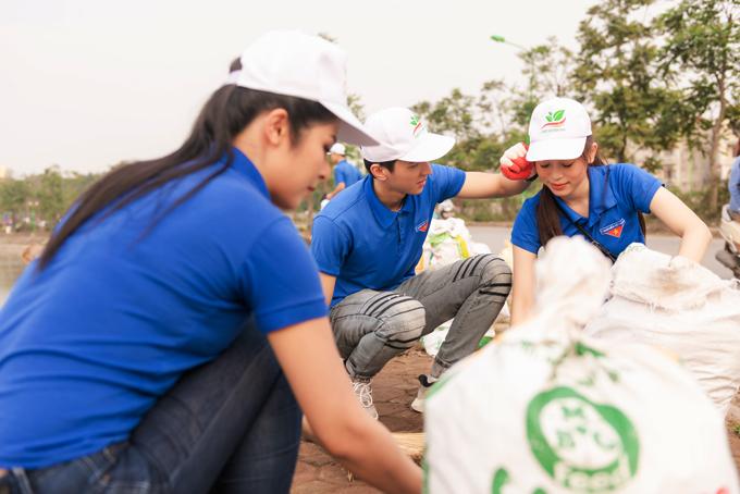 Suốt vài tiếng đồng hồ dọn rác ở khu hồ Định Công, Bình An liên tục có những cử chỉ quan tâm đến bạn gái khi thi thoảng lau mồ hôi cho cô trước mặt đàn chị Ngọc Hân.