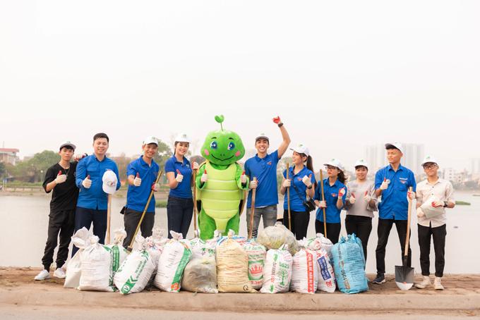 Sau vài giờ dọn dẹp, đội tình nguyện đã thu gom được khoảng 20 túi rác trên đoạn đường dài 100m ở hồ Định Công.