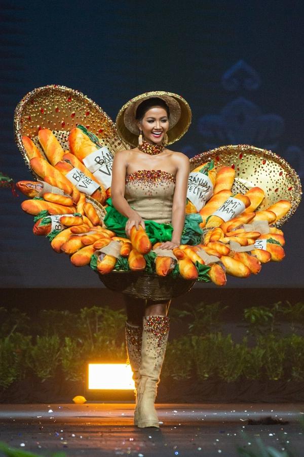 Dù có một năm chuẩn bị kỹ lưỡng cho cuộc thi Miss Universe, HHen Niê cũng gặp sự cố nhỏ. Ở đêm thi trang phục truyền thống, móc cài bị hỏng khiếnthiết kế Bánh mì thiếu chắc chắn và đổ về sau. HHen phải lấy tay gồng giữ cho nó ngả lại về phía trước, do đó toàn bộphần khung bánh mìtrì xuống chân Hen làm Hen bị sưng đỏ và đau đớn suốt nhiều ngày sau đó. Nhưng trên sân khấu, HHen vẫn tự tin trình diễn cùng nụ cười rạng rỡ.