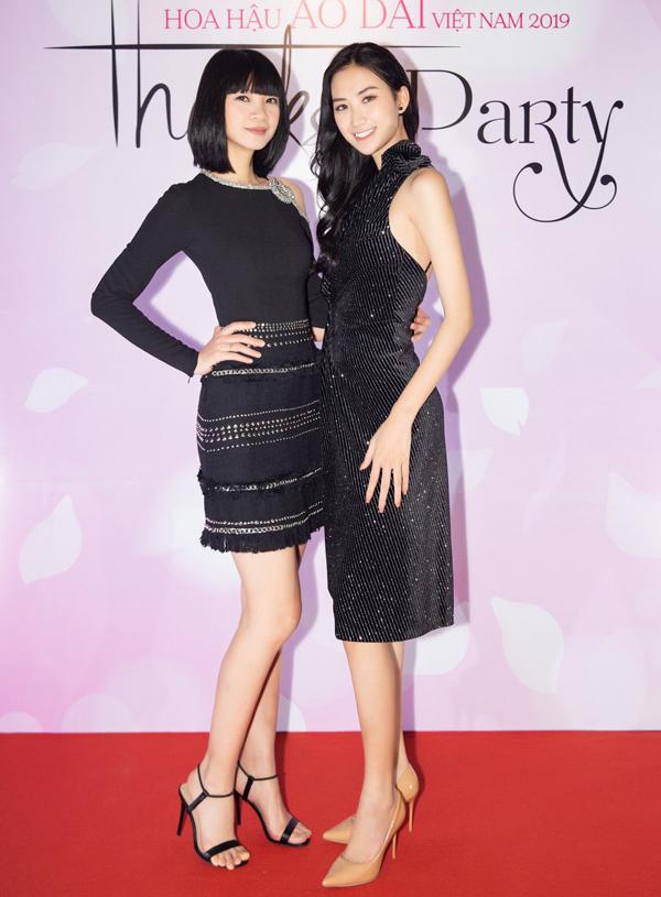 Hai chân dài Hạ Vy và Ly Ly (phải) khéo chọn váy tôn vòng eo thon.