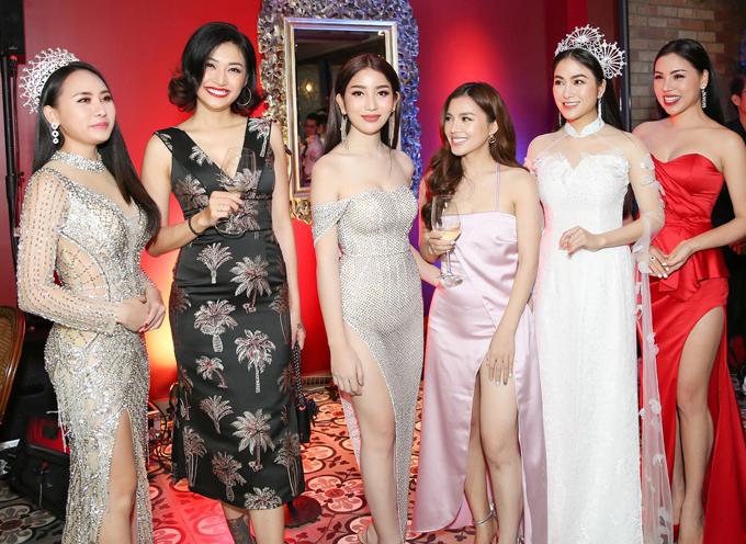 Hoa hậu Áo dài Tuyết Nga vui vẻ gặp lại các người đẹp từng thi thố nhan sắc với cô ở Singapore.