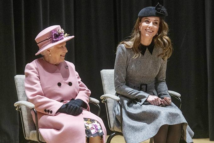 Kate và Nữ hoangftrof chuyện với nhân viên và sinh viên của trường ĐH King, London hôm 19/3. Ảnh: UK Press.