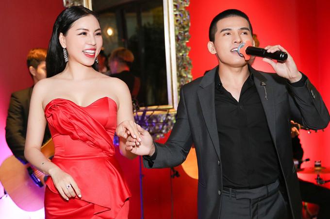 Ca sĩ Quốc Thiên nắm tay Á hậu Áo dài Việt Nam 2019 Kathy Hương biểu diễn một ca khúc lãng mạn.