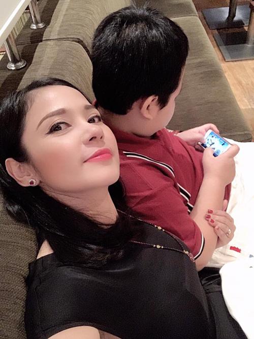 Việt Trinh đăng ảnh dẫn con trai đi ăn.