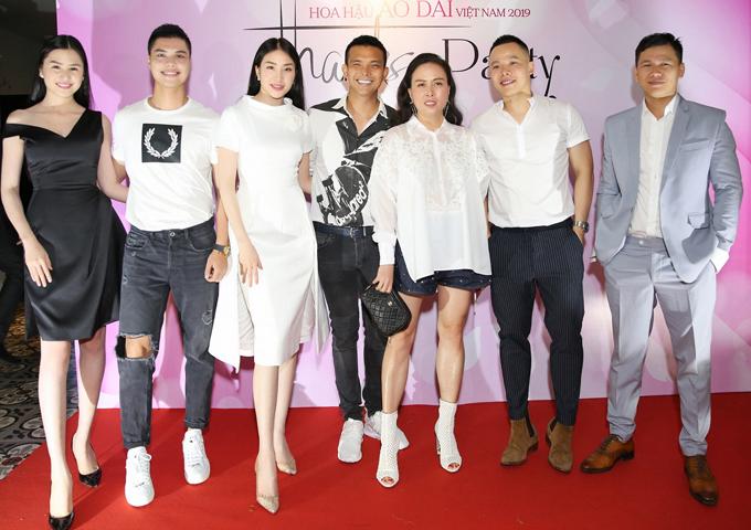 Phượng Chanel chụp ảnh cùng nhà thiết kế Hoàng Minh Hà (ngoài cùng bên phải), nhà thiết kế Đỗ Long (thứ tư từ trái qua) và những người bạn thân hoạt động trong làng giải trí.