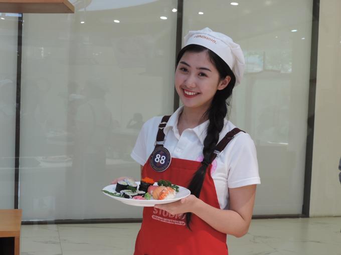 Chia sẻ về trải nghiệm thú vị tại Ajinomoto Cooking Studio, thí sinh Ngọc Linh, 24 tuổi cho biết, trước đây bản thân tìm hiểu về văn hóa, con người Nhật Bản, tham gia hoạt động nấu ăn giúp em thêm về ẩm thực của đất nước này. Nếu chỉ nhìn thì tôi nghĩ các món ăn dễ chế biến, tuy nhiên, khi bắt tay vào làm thì mới thấy cái khó, để miếng cơm cuộn đều nhân, dính chặt người làm đều tay, khéo léo để miếng rong biển không bị rách, Linh cho biết.