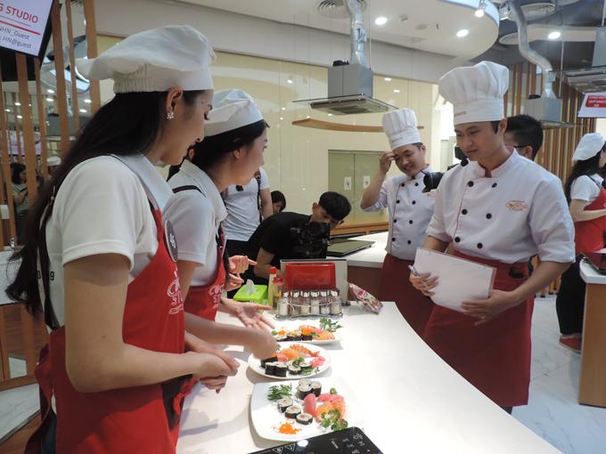 Ban giảm khảo, đầu bếp sẽ đánh giá sản phẩm dựa vào các tiêu chí trình bày, thời gian, vệ sinh khu vực bếp trong quá trình nấu nướng để và lựa chọn ra thi xuất sắc nhất.