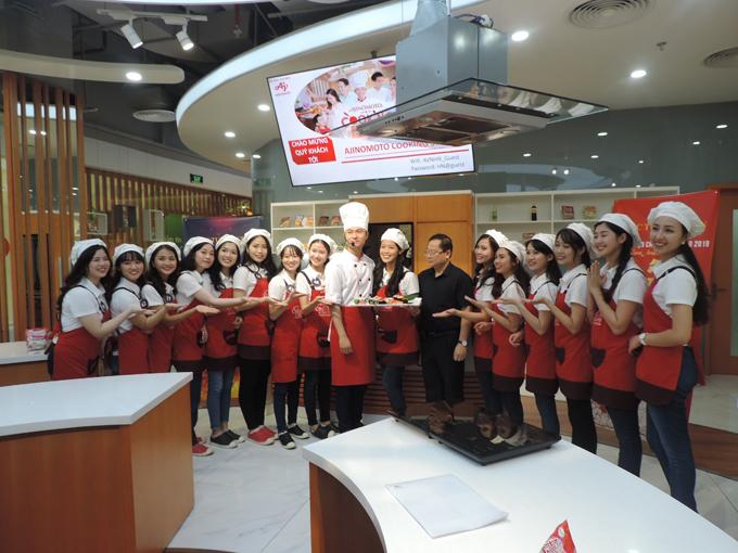 Thành lập từ năm 2017, Ajinomoto Cooking Studio là trung tâm hướng dẫn và thực hành nấu ăn hiện đại nhằm khơi dậy cảm hứng, niềm đam mê nấu nướng ở tất cả mọi người, góp phần giữ gìn hạnh phúc, tăng cường dinh dưỡng thông qua bữa ăn ngon. Công ty Ajinomoto Việt Nam hy vọng, thông qua hoạt động trải nghiệm này, các thí sinh của Đại sứ thiện chí hoa anh đào 2019 sẽ hiểu thêm về văn hóa Nhật Bản.