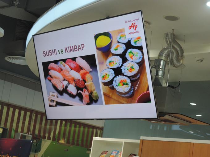 Đồng thời, đầu bếp còn lồng ghép kể câu chuyện văn hóa xoay quanh món ăn, cách thưởng thức sushi của người Nhật giúp các bạn trẻ hiểu rõ hơn về văn hóa ẩm thực của xứ hoa anh đào.