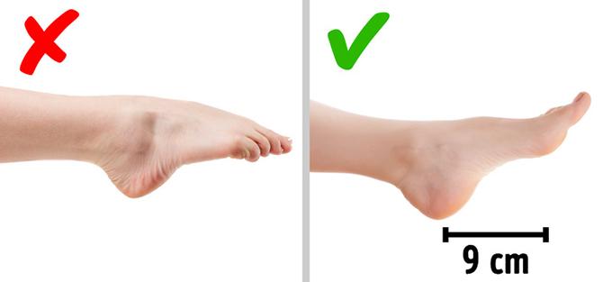 Cách chọn độ cao cho giày đi tiệc Khi dự sự kiện hay hẹn hò buổi tối, phái đẹp thường chọn giày cao hơn so với những đôi mang hàng ngày nhằm tôn lên tối đa vẻ quyến rũ hình thể. Tuy nhiên, bạn cũng không nên xỏ chân vào các  mẫu giày quá lênh khênh  mà cần tìm hiểu độ cao nào phù hợp với bản thân.- Cách đầu tiên: Bạn đo chiều cao và chiều dài cặp chân của mình (từ hông đến bàn chân) rồi tính theo công thức: (Chiều cao / chiều dài chân - 1,61) x 10. Kết quả chính là độ cao lý tưởng của gót giày.- Cách thứ hai: Ngồi thoải mái trên ghế và duỗi một chân ra phía trước, thả lỏng bàn chân. Đo khoảng cách từ gót đến xuơng bàn chân như trong ảnh. Con số mà bạn có được sẽ là độ  cao gót giày phù hợp với bạn, vì nó bằng độ nghiêng tự nhiên của bàn chân.