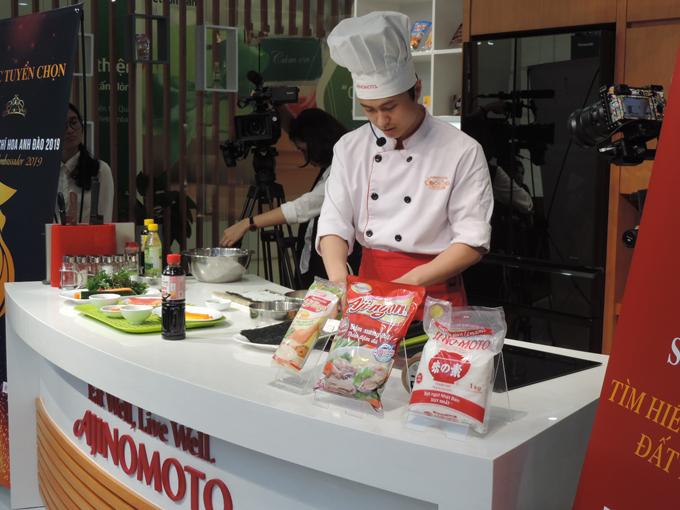 Vì vậy, đầu bếp chuyên nghiệp của  Ajinomoto Cooking Studio hướng dẫn 15 thí sinh, anh cũng bật mí bí quyết giúp các bạn chế biến dễ dàng khi sử dụng các gia vị tại Việt Nam như giấm gạo lên men Ajinomoto để pha hỗn hợp giấm, đường, muối trộn với cơm, sử dụng xốt mayonnaise Aji-mayo để tăng vị ngon, tạo độ kết dính giữa các nguyên liệu.