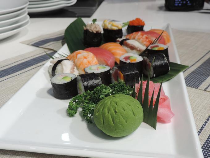 Sushi là món đặc trưng trong văn hóa ẩm thực Nhật Bản bởi sự kết hợp tinh tế của các nguyên liệu theo từng mùa. Trong qua niệm của người dân nước này, mỗi món ăn không chỉ trang trí đẹp mắt, hương vị tươi ngon mà còn ẩn chứa những triết lý sâu sắc của cuộc sống. Để thực hiện được sushi chuẩn đòi hỏi những kỹ năng cần thiết, bài bản.