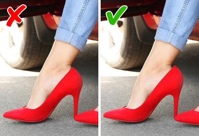 Kích cỡ lý tưởng Để tránh bị đau chân, phái đẹp nên  chọn giày lớn hơn cỡ chân khoảng nửa size. Điều đó giúp hạn chế ma sát dẫn đến phồng rộp, đồng thời cho phép bạn đặt các lớp silicon bên trong giày để tăng mức độ êm ái.