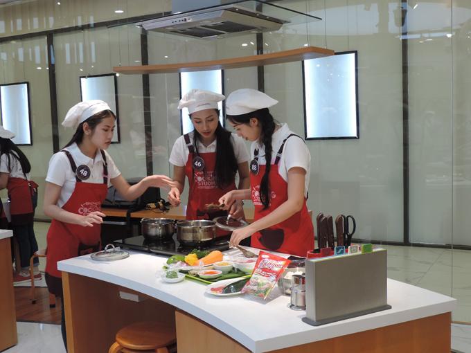 Sau phần hướng dẫn, các thí sinh sẽ chia thành 5 đội trổ tài thực hiện ba loại sushi trong vòng 30 phút.
