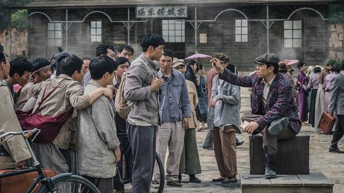 Cùng với diễn viên, bối cảnh là một điểm sáng của phim. Đường phố, ngân hàng, sở cảnh sát, trường đua xe đạp, khu nhà dân nghèo, sân khấu tạp kỹ... đều được dàn dựng cầu kỳ, tái hiện không khí chân thực của Hàn Quốc những năm 1910.