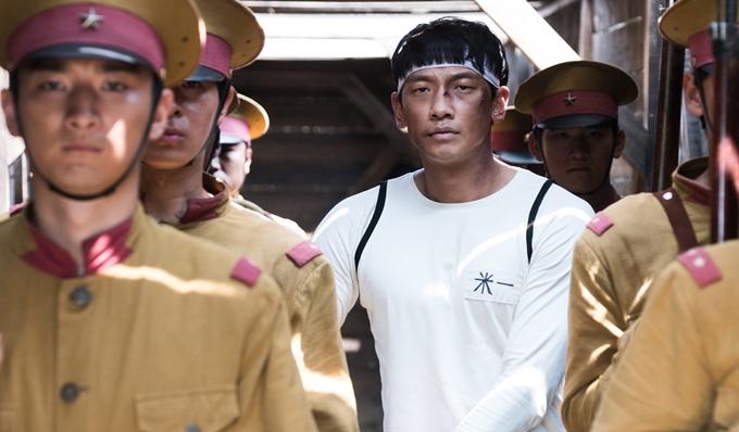Ông hoàng đường đua: Uhm Bok Dong lấy cảm hứng từ những sự kiện có thật của lịch sử Hàn Quốc đầu thế kỷ 20. Câu chuyện phim khắc họa tuổi trẻ của Uhm Bok Dong (Bi Rain đóng) từ khi là một anh nhà quê khờ khạo, tham gia huấn luyện trở thành tay đua xe đạp đơn thuần với mục đích lĩnh món thưởng lớn để chuộc lỗi với gia đình, tới khi giác ngộ cách mạng, muốn dùng chiến thắng của bản thân để cổ vũ tinh thần yêu nước của người dân. Song song với chân dung ông hoàng xe đạp, phim còn tái hiện một phần cuộc chiến chống Nhật của người Hàn Quốc. Ngoài nam chính là nhân vật có thật, các tuyến vai khác được hư cấu dựa theo diễn biến xã hội đương thời.
