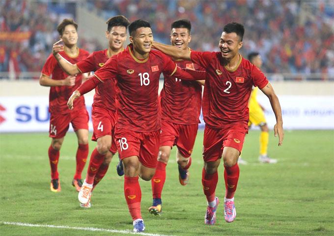 Hà Đức Chinh và các đồng đội mừng bàn thắng mở tỷ số. Ảnh: Văn Đương.