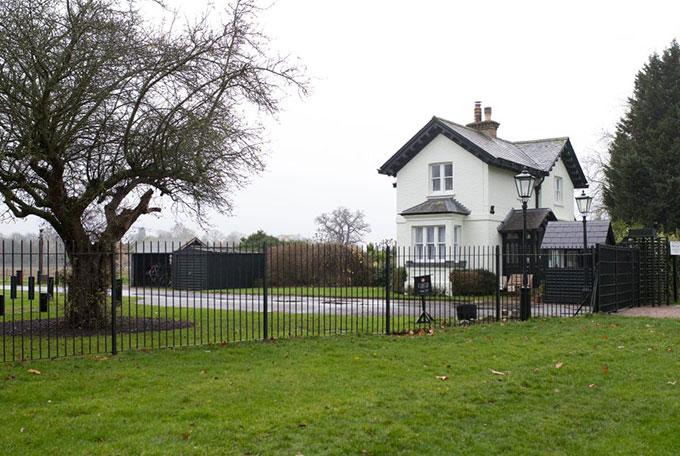 Các trạm an ninh được thiết lập xung quanh nhà mới của vợ chồng Meghan. Ảnh: Rex.