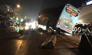 40 hành khách hoảng loạn khi xe lao lên dải phân cách