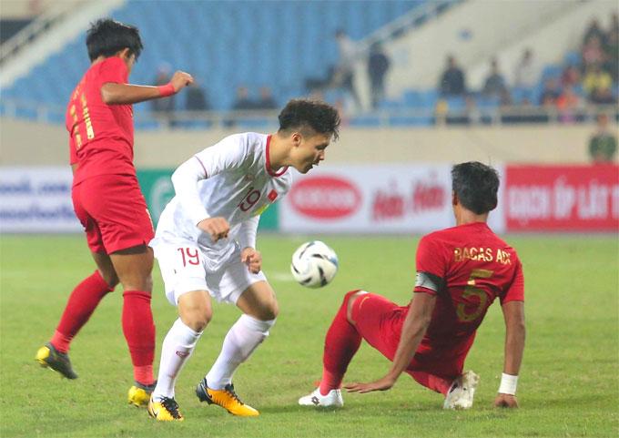Quang Hải gặp khó khi đối đầu với hàng thủ Indonesia.