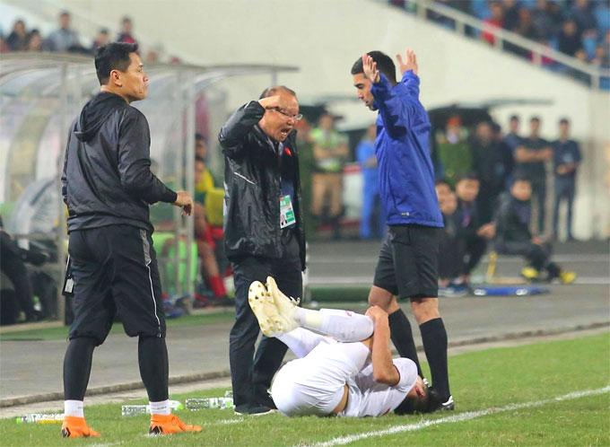 Cầu thủ Việt Nam nằm sân sau những pha va chạm với đối thủ.
