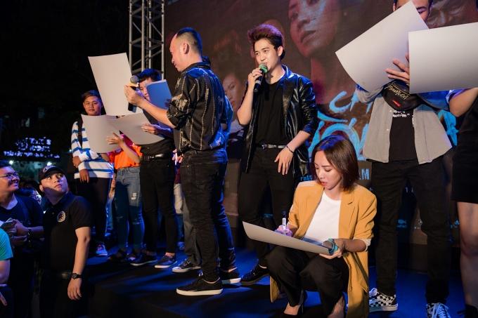Thu Trang - Tiến Luật nhiệt tình tham gia các trò chơi giao lưu cùng khán giả.