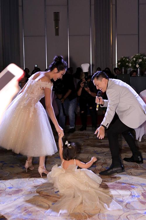 Yên Lam rất dạn dĩ, tỏ ra vui vẻ và hiếu động suốt buổi tiệc. Cô bé cười tươi khi ngã bệt xuống sàn và được bố mẹ đỡ dậy trong lúc cảm ơn các khách mời.