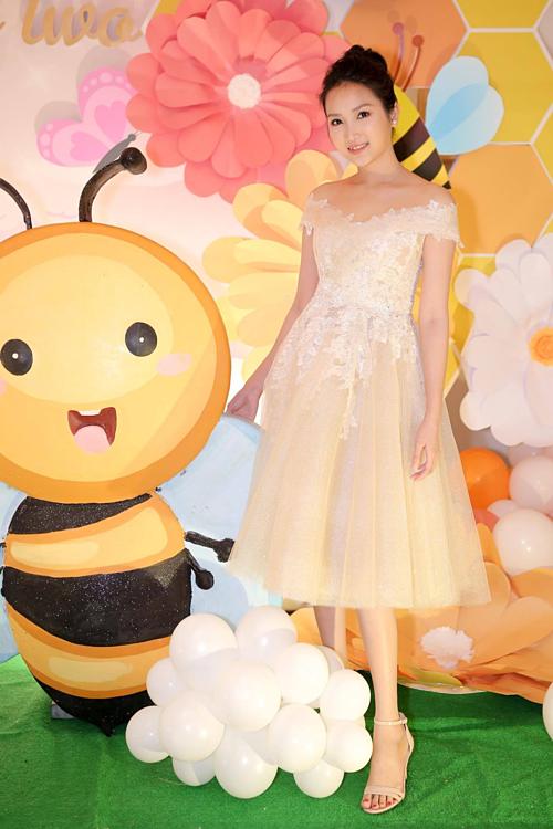 Yến Phương chọn váy công chúa đắp ren ton sur ton với con gái khi đón khách.