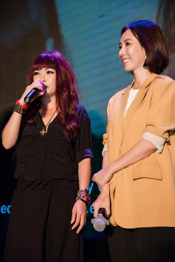 Ca sĩ Phương Thanh (trái) bất ngờ xuất hiện và lên sân khấu thể hiện ca khúc nhạc phim Hẹn gặp lại anh. Ca khúc do diễn viên Khương Ngọc sáng tác.