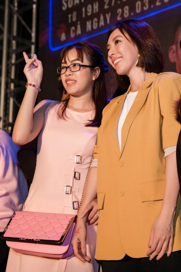 Thu Trang chụp ảnh với các khán giả sau buổi giao lưu.