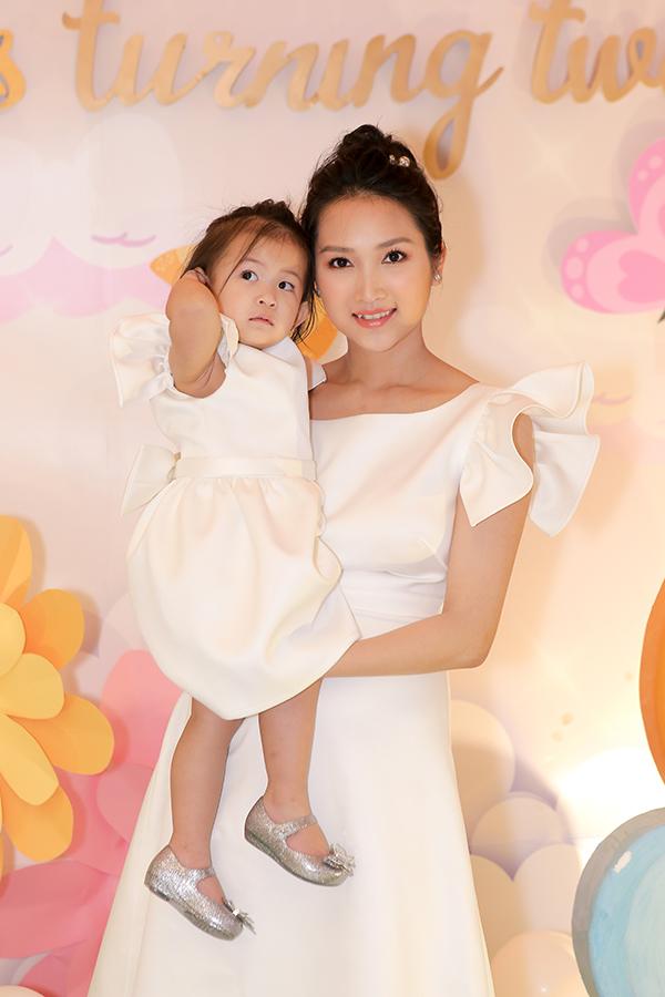 Sau đó, hai mẹ con Yến Phương thay váy trắng giống nhau để đi chào khách từng bàn. Yên Lam là trái ngọt đầu tiên trong cuộc hôn nhân của Lam Trường và bà xã 9X, có tên ở nhà làPhoebe.