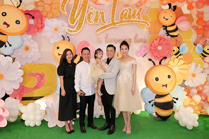 Rapper Tiến Đạt bảnh bao đi cùng bà xã Thuỵ Vy. Cặp đôi kết hôn đầu năm 2019 sau thời gian dài bí mật yêu đương.