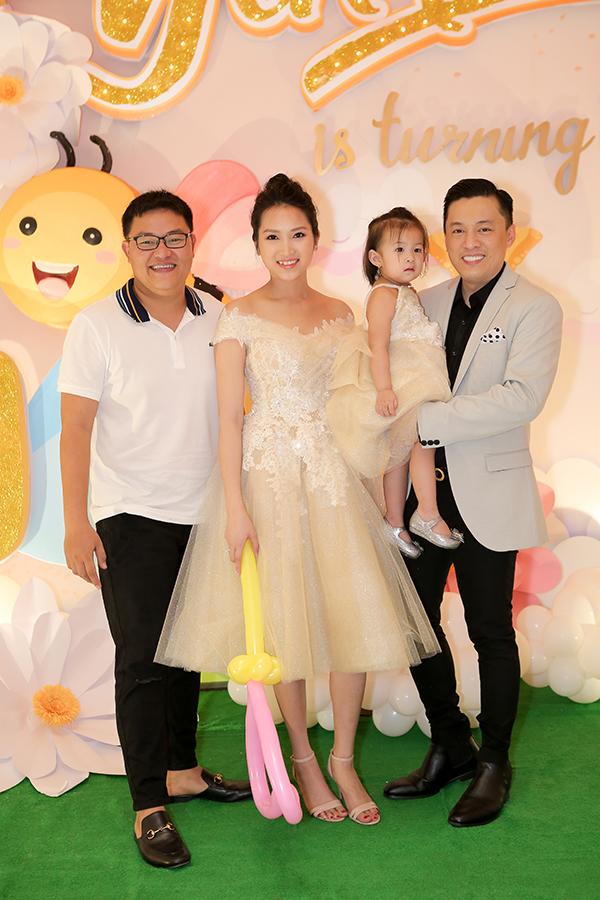 Chuyên gia trang điểm, NTK Vĩnh Thụy cũng là một trong các khách mời dự buổi tiệc. Anh từng thiết kế váy cưới cho Yến Phương trong bữa tiệc năm 2014. Trang phục của hai mẹ con Yến Phương mặc tối qua cũng do Vĩnh Thụy thực hiện.