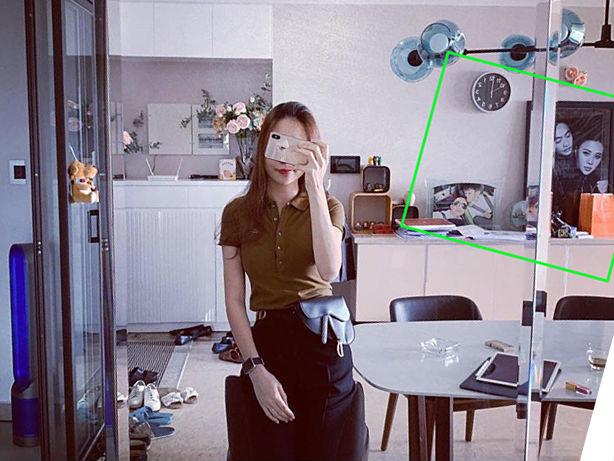 Đàm Thu Trang - bạn gái doanh nhân Cường Đôla - chia sẻ ảnh check in cuối tuầntrong không gian được cho là nhà riêng của cặp đôi.Một góc của căn phòng đặtbứcảnh cưới của cả haiđược chia sẻ trước đó, và một bức ảnhthân thiết củaCường Đôla bên con trai Subeo.