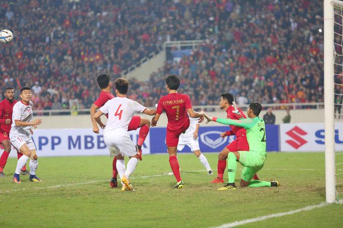 Tuy nhiên, hậu vệ Indonesia hóa giải thành công pha áp sát sau đó của cầu thủ U23 Việt Nam, giải nguy cho khung thành Satria.