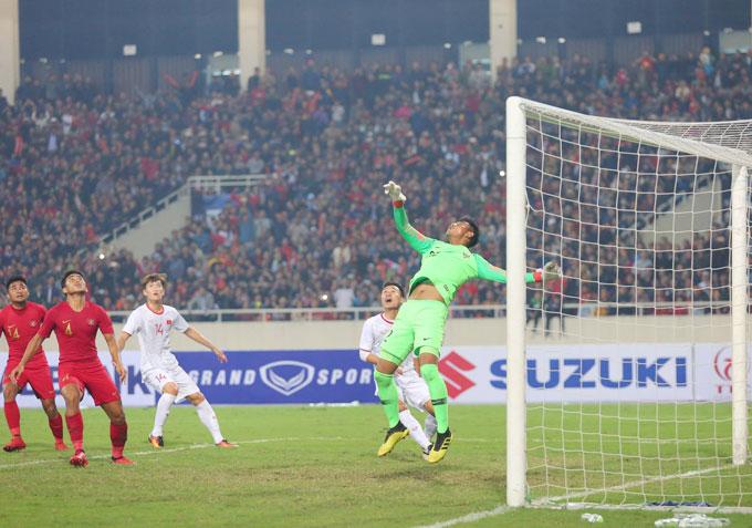 Thủ thành Satria đẩy được bóng ra ngoài cứu nguy cho U23 Indonesia.