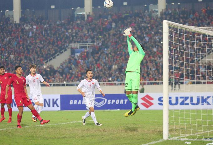 Khi hiệp một trôi về những phút cuối, U23 Việt Nam được hưởng một quả phạt trực tiếp.
