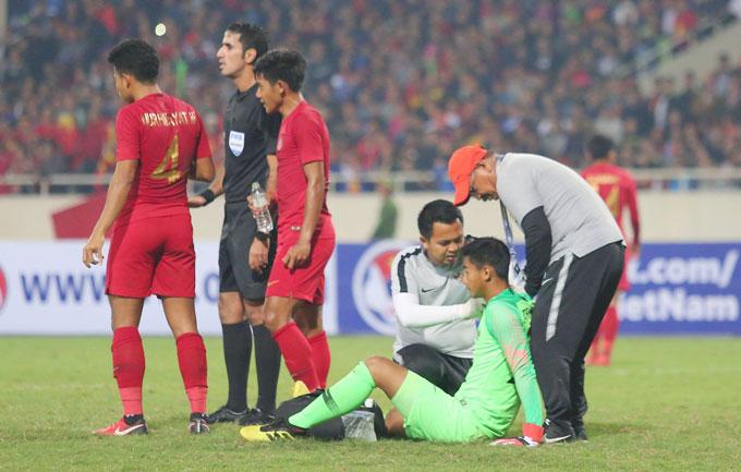 ... trước khi nhân viên y tế vào sân chăm sóc vết thương. Thủ môn Indonesia chơi tốt trong hiệp một, giữ sạch lưới cho đội nhà trước các pha tấn công liên tiếp của U23 Việt Nam.