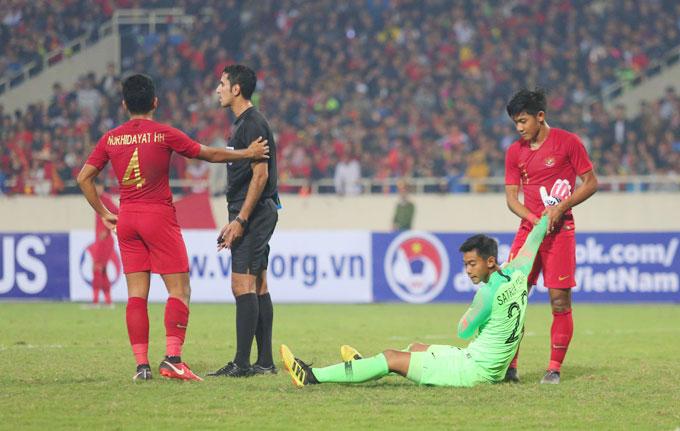 Sau tình hyoongs đẩy bóng của Quang Hải, thủ môn Indonesia bị đau tay.